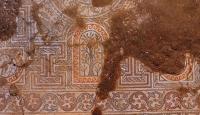 Kaçak kazıda bulunan mozaik gün yüzüne çıkarılıyor