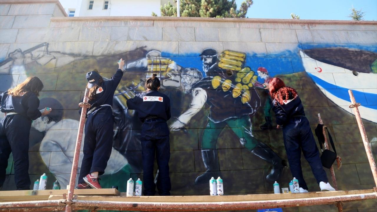 """İstiklal Yolu""nda yaşananları duvara resmediyorlar"