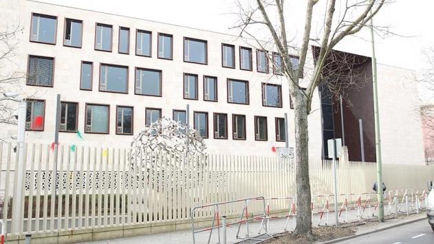 Türkiyenin Berlin Büyükelçiliğine ait araç kundaklandı