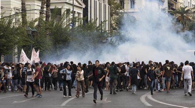 Yunanistanda öğrenciler ile polis arasında arbede