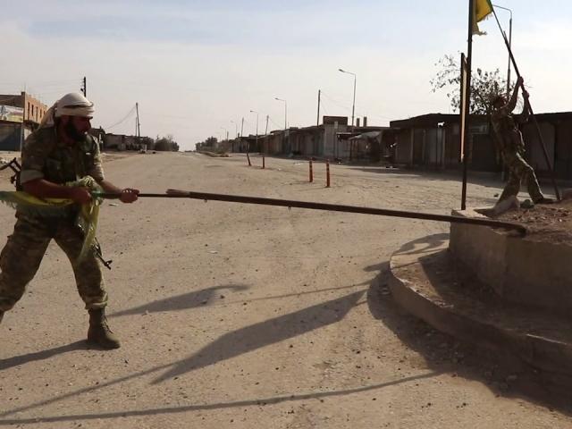 Suriye Milli Ordusu Tel Halef köyündeki terör örgütü paçavralarını indirdi