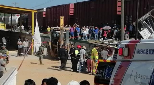 Meksikada tren otobüse çarptı: 9 ölü