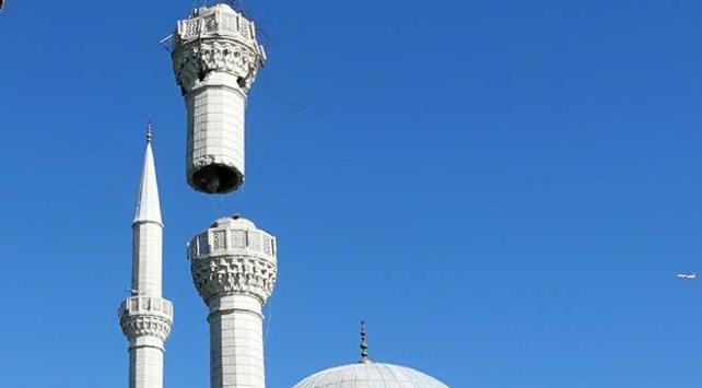 İstanbulda depremde hasar gören minarenin sökümüne başlandı
