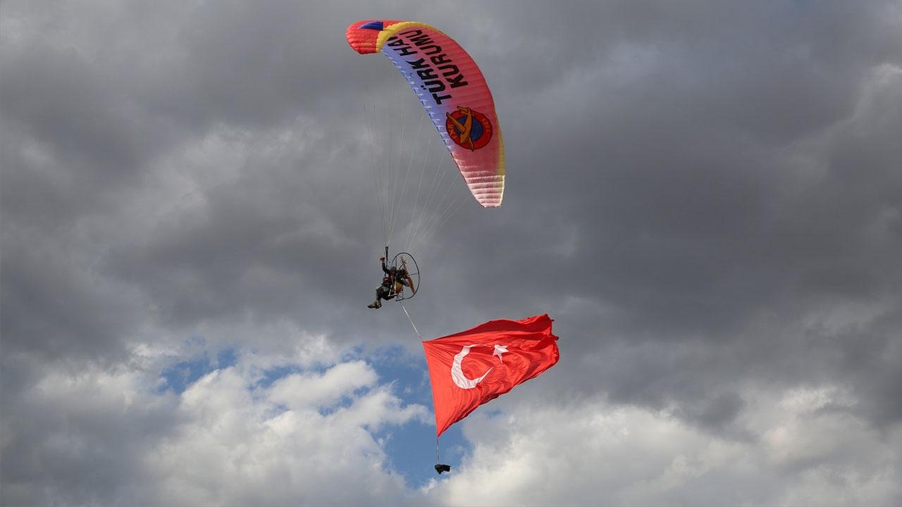 Iğdır'da dev Türk bayrağıyla paramotor gösterisi