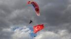 Iğdırda dev Türk bayrağıyla paramotor gösterisi