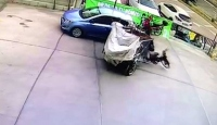 Çalışır vaziyetteki motosiklet park halindeki araca çarptı