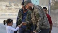 Suriye Milli Ordusu askerleri mutluluklarını çocuklarla paylaştı