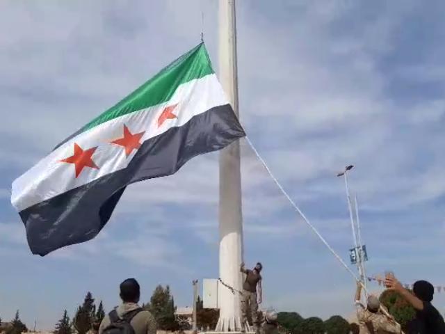 Tel Abyad'a Suriye Milli Ordusu bayrağı çekildi
