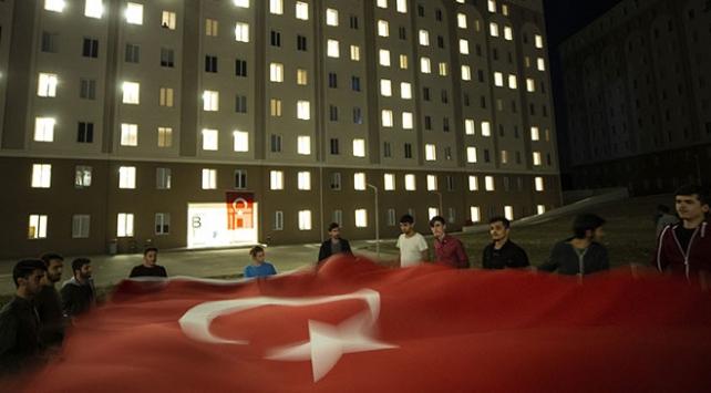 Yurtta kalan öğrencilerden Mehmetçiğe ışıklı destek