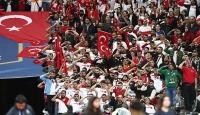 Fransa maçında Türk taraftarlardan Barış Pınarı Harekatı'na destek