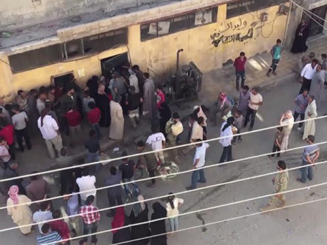 Terörden temizlenen Tel Abyad'da halka ekmek dağıtıldı