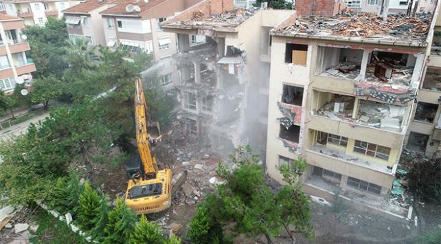 Büyükçekmecede risk taşıyan 2 bina yıkıldı