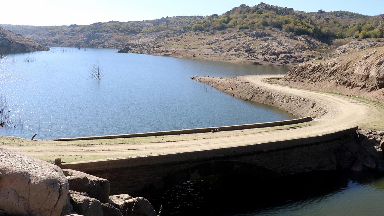Baraj suyu azalınca su altındaki köprü gün yüzüne çıktı