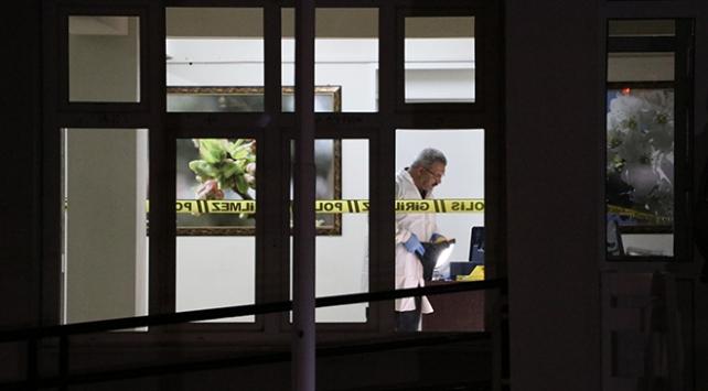 Silahını temizleyen polis kazayla kendini ve bekçiyi vurdu