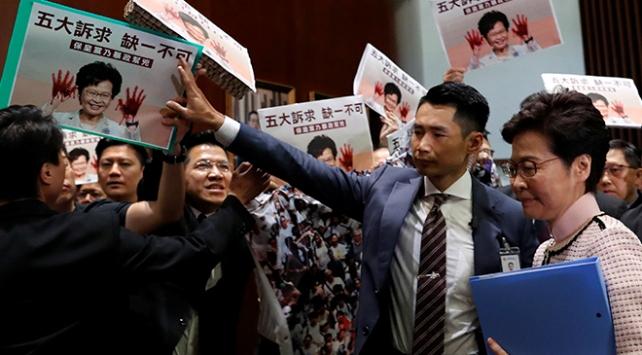 Hong Kong Parlamentosunda Carrie Lame protesto