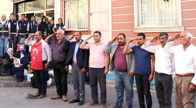 HDP önünde evlat nöbeti tutan ailelerden asker selamı