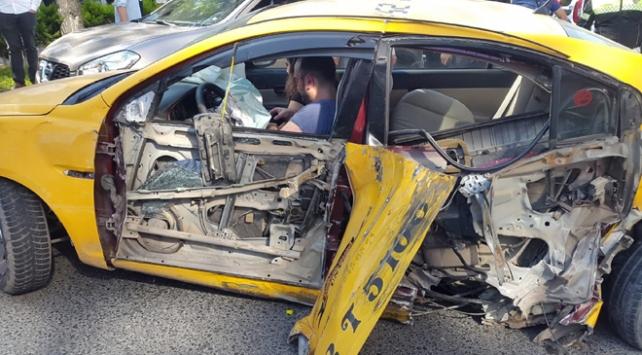Sürücüsü polisten kaçan taksi üç otomobile çarptı