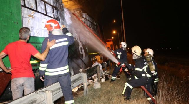 Seyir halindeyken yanan tır otoyolda ulaşımı aksattı