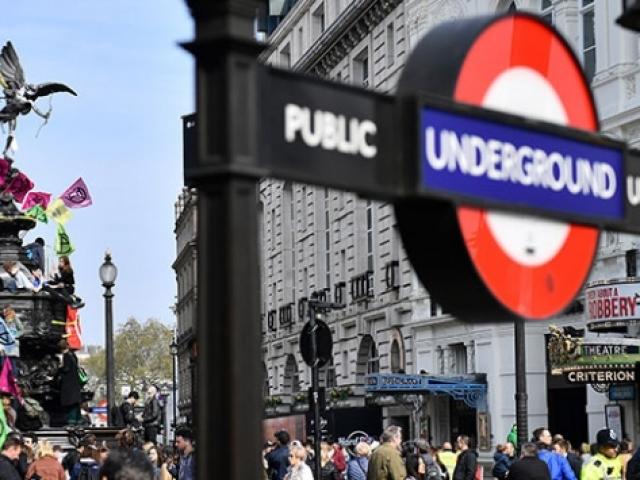 Londra'da işe gitmek isteyen yolcular çevrecileri dövdü