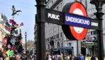 Londrada işe gitmek isteyen yolcular çevrecileri dövdü