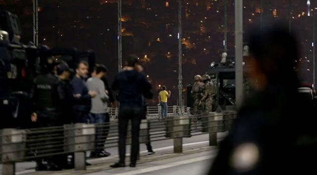 Elindeki silahla 15 Temmuz Şehitler Köprüsünde trafiği durdurdu