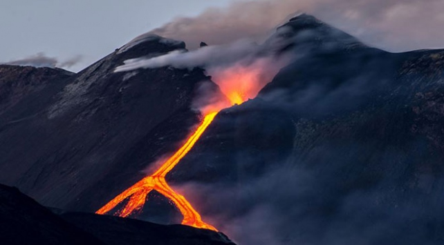 İtalyada Etna yeniden lav püskürttü
