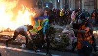 İspanya'da protestocular Barcelona sokaklarını savaş alanına çevirdi