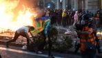 İspanyada protestocular Barcelona sokaklarını savaş alanına çevirdi