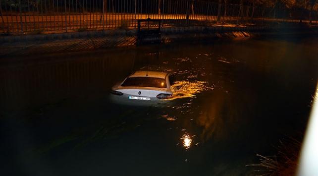 Sulama kanalına düşen otomobilin sürücüsü aracı bırakıp kaçtı