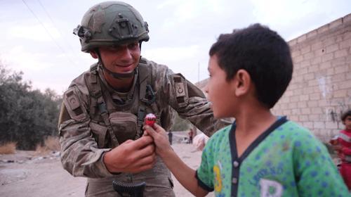 Terörden temizlenen Tel Halaf'ta Mehmetçik çocukların yüzünü güldürdü