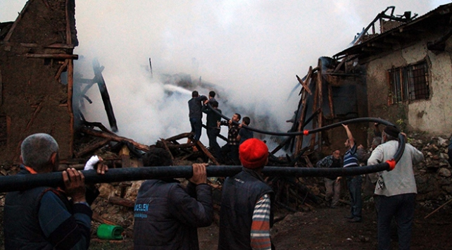 Tokatta çıkan yangında 5 ev kül oldu