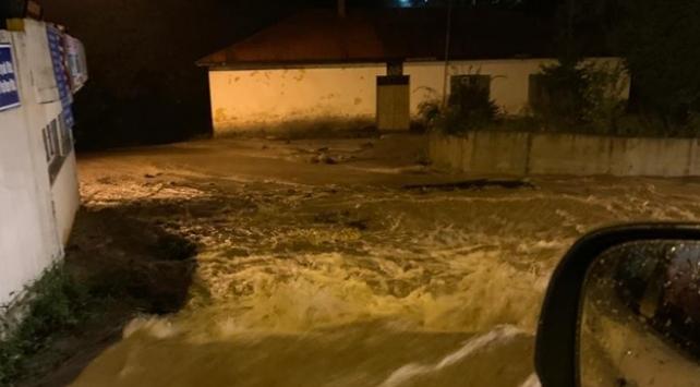 Şiddetli yağış sel ve heyelana yol açtı