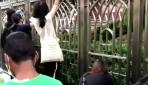 Hong Kongda maskeli protestocular boya sıkılan camiyi temizledi