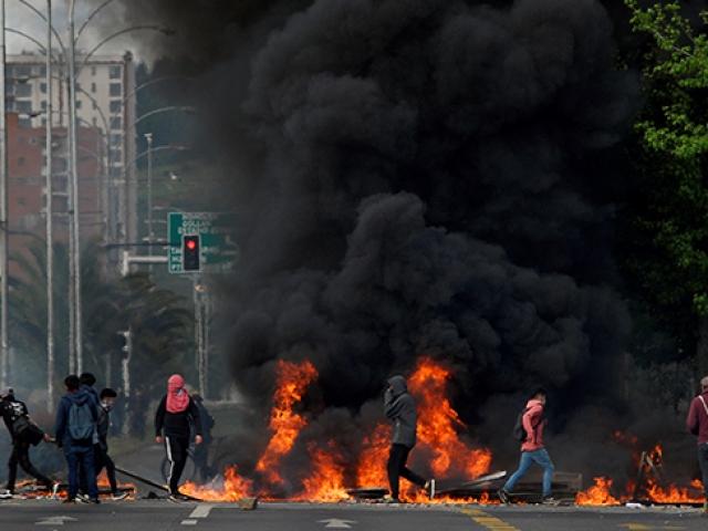 Şili'deki zam protestoları şiddetli ayaklanmaya dönüştü