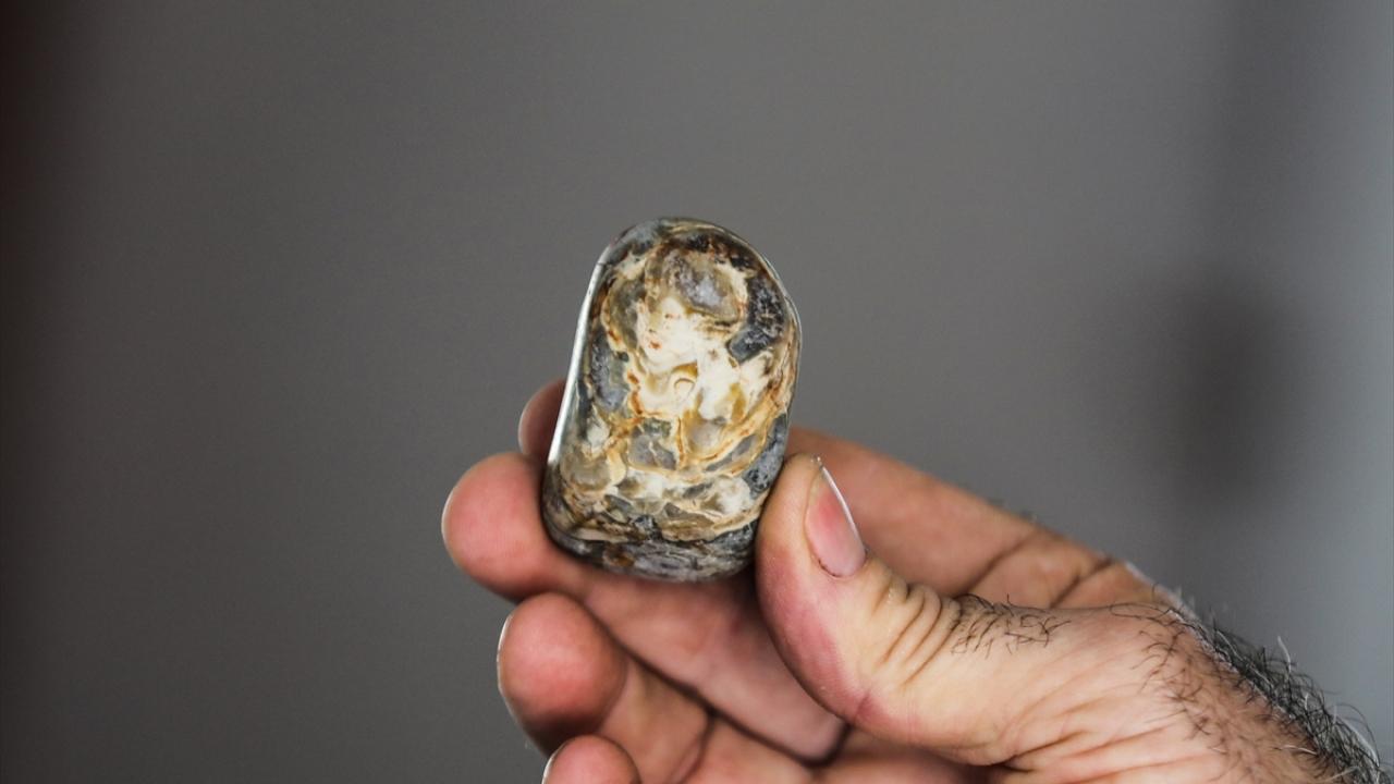 Hobi olarak topladığı taşlarla evini hazineye çevirdi