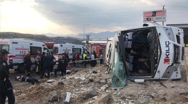 Kayseride işçileri taşıyan servis devrildi: 20 yaralı