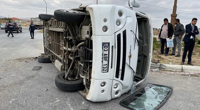 Afyonkarahisarda kamyon ile minibüs çarpıştı: 19 yaralı