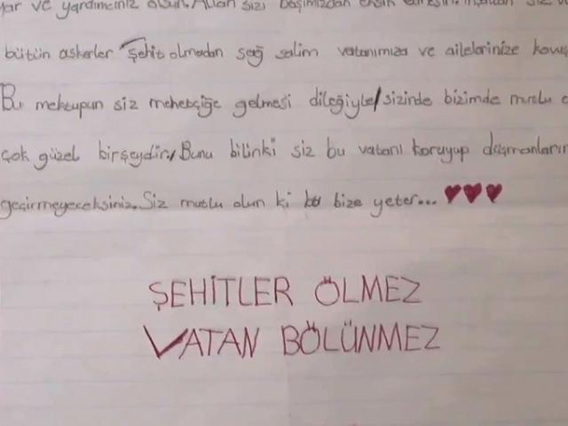 Mehmetçik, öğrencilerin mektuplarını okumaya devam ediyor