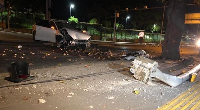 Otomobil önce direğe ardından ağaca çarptı: 3 yaralı