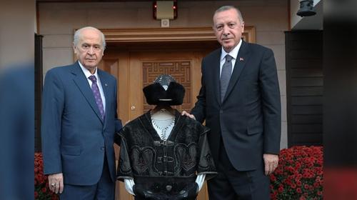 Bahçeli'den Cumhurbaşkanı Erdoğan'a anlamlı hediye