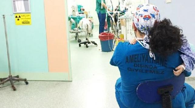 Minik İbrahim ameliyata doktoruna sarılarak girdi