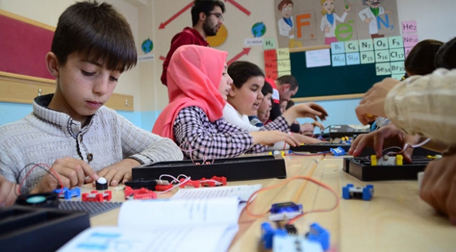 Köy okullarındaki çocukları bilimle buluşturuyorlar