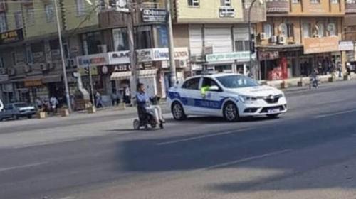 Polis aracı yolun karşısına geçmeye çalışan engelliye siper oldu