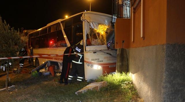 Kamyonetle çarpışan halk otobüsü evin balkonuna girdi: 5 yaralı