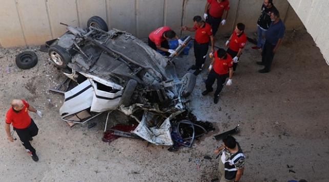 Adanada otomobil alt geçide düştü