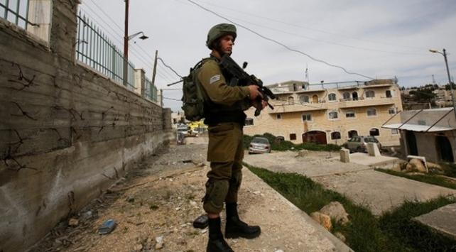 İsrail güçleri 4ü çocuk 20 Filistinliyi gözaltına aldı