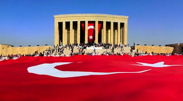 Öğrencilerden Anıtkabire dev Türk bayrağı