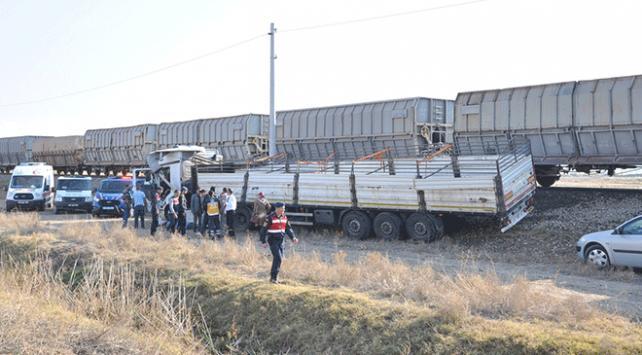 Yozgatta yük treni tıra çarptı: 1 ölü
