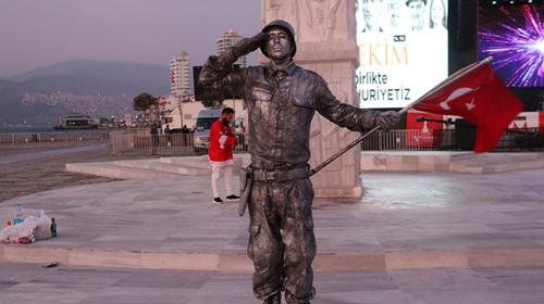 Canlı heykelden 24 saatlik 'asker selamı' rekoru