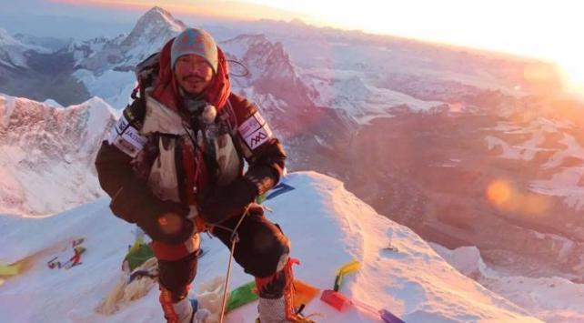 Nepalli dağcı dünyanın en yüksek zirvelerine tırmanma rekorunu kırdı